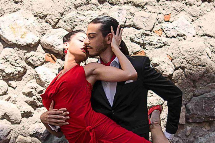 Giusy Citro e Simone Ferrara posa tango presso le strade del centro storico di Mercato San Severino, (SA)