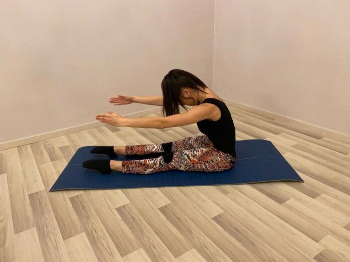 Rafforza i muscoli addominali e sviluppa la mobilità della colonna vertebrale