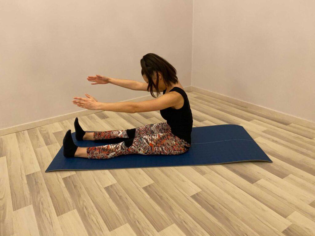 Allunga tutta la colonna vertebrale, sciogliendo le contratture dolorose del collo e delle spalle